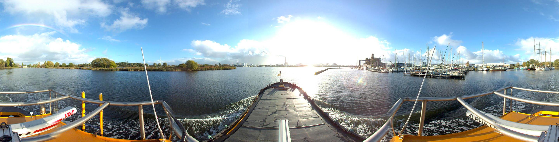 Panoramafoto genomen vanaf een schip in Zijkanaal H